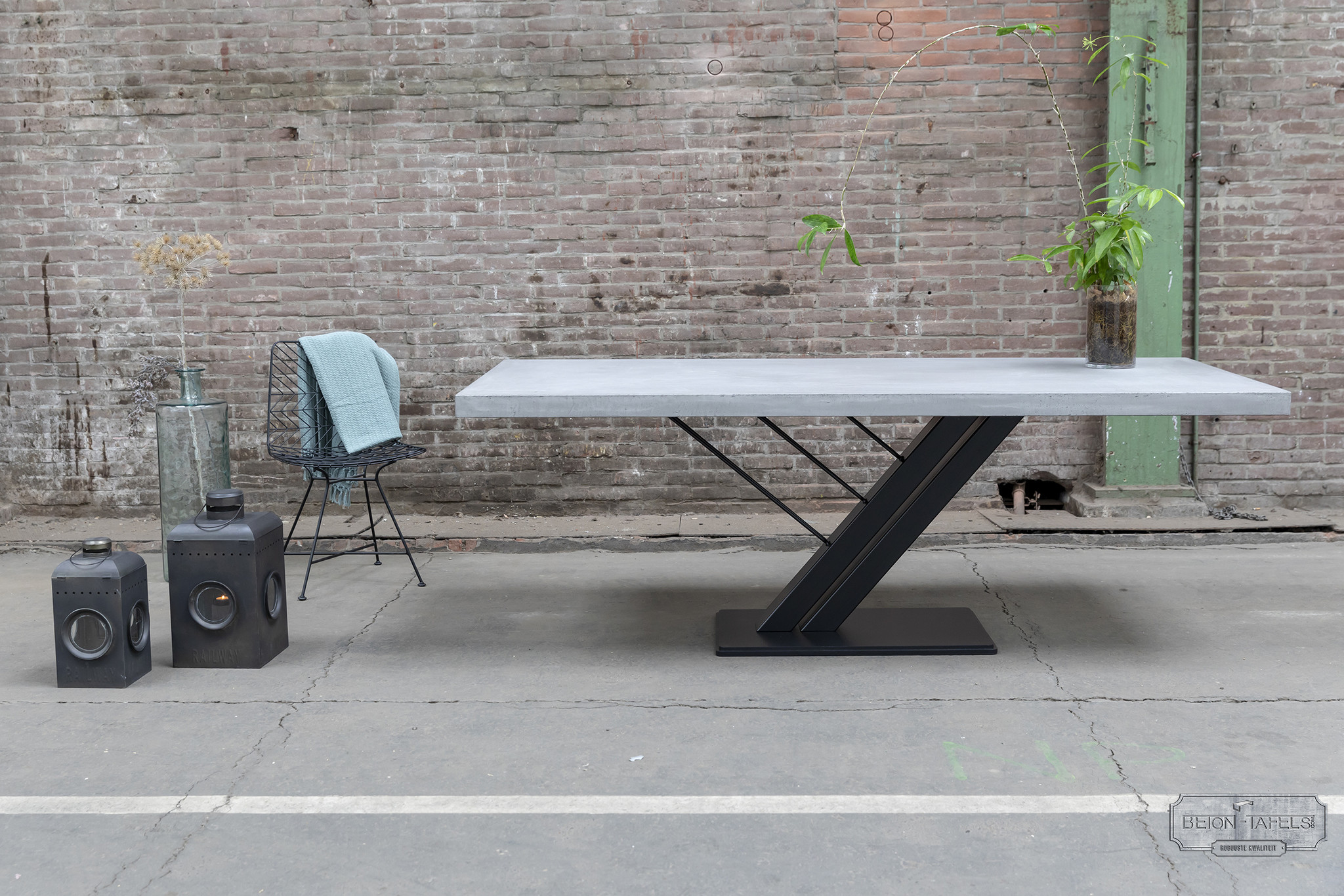 Betonnen tafel met stalen harp poot