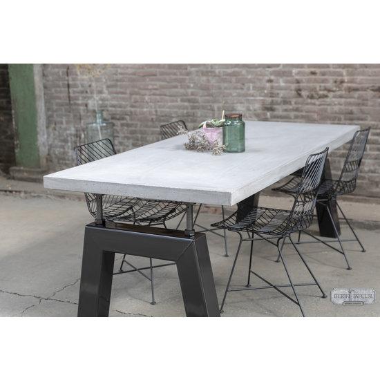 Beton-tafels.com Betonnen tafel met zware stalen bridge poten