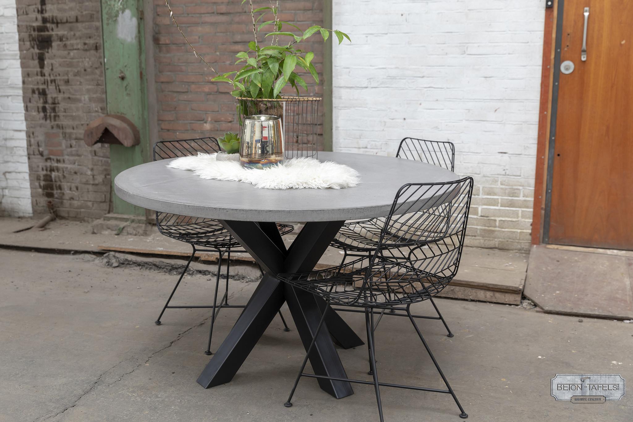 Ronde betonnen tafel met stalen dubbele kruis  poot