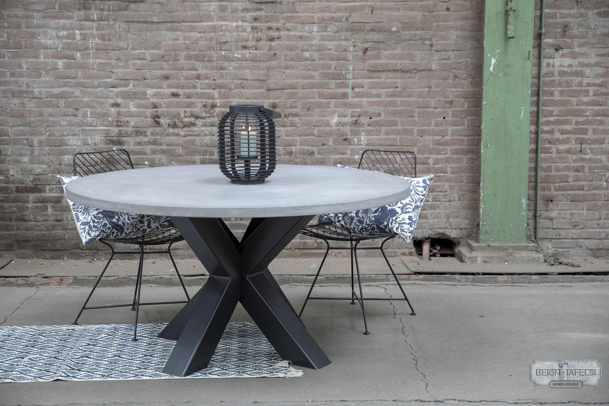 Ronde betonnen tafel met zware stalen dubbele kruis  poot