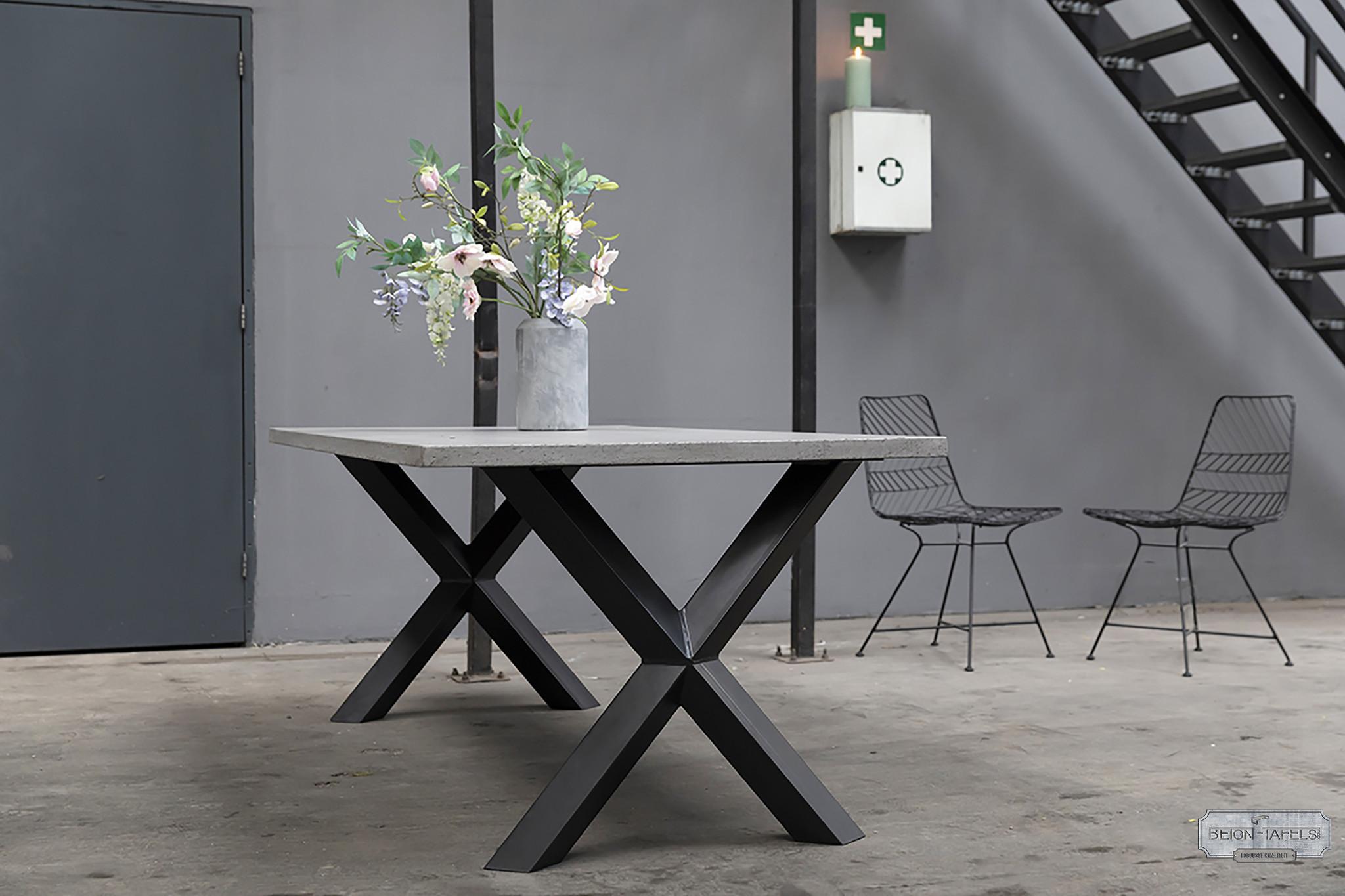 Betonnen tafel met stalen Diamond X kruispoten