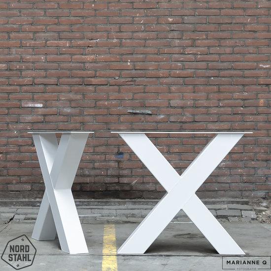 Beton-tafels.com Betonnen tafel met zware stalen kruispoten