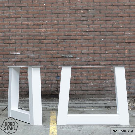 Beton-tafels.com Betonnen tafel met zware stalen trapezium poten
