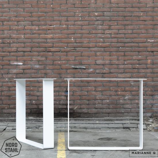 Beton-tafels.com Betonnen tafel met stalen strip tafelpoten