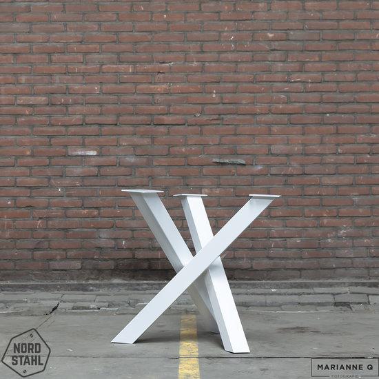 Beton-tafels.com Ronde betonnen tafel met stalen circle twist poot