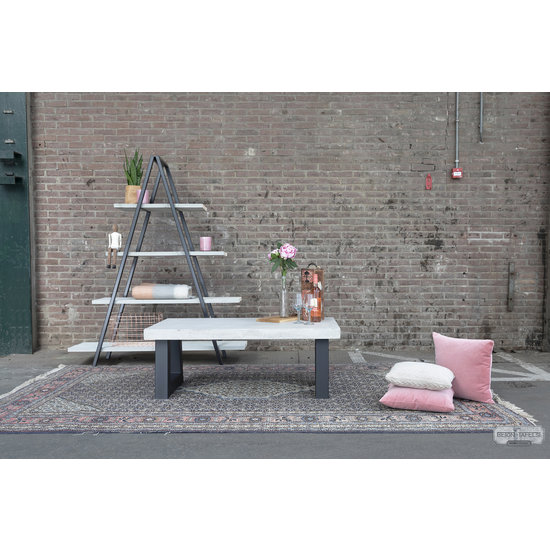 Beton-tafels.com Betonnen salontafel met stalen trapezium poot