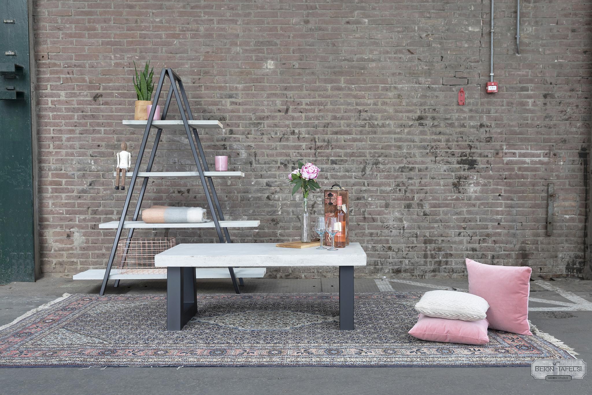 Betonnen salontafel met stalen trapezium poot
