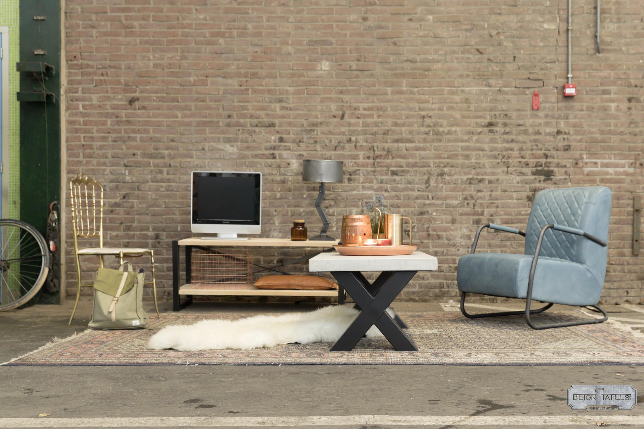 Betonnen salontafel met stalen X poot