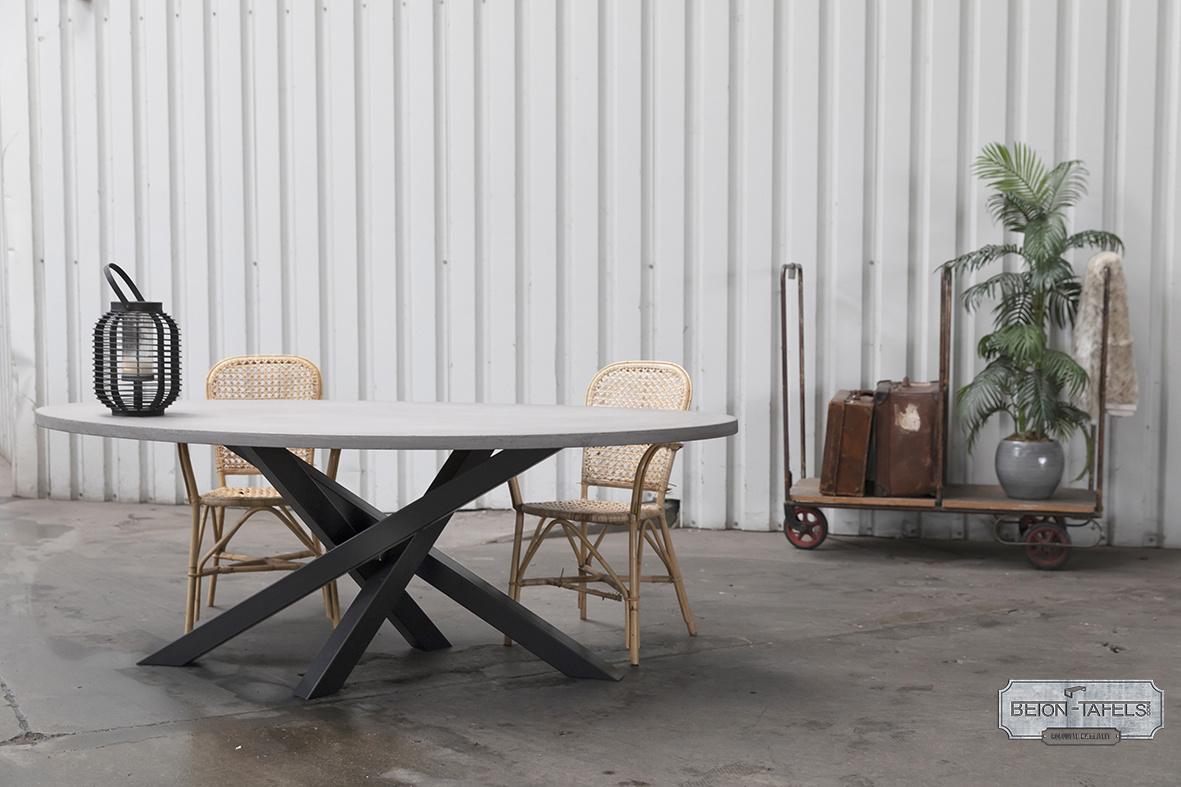 Ovale betonnen tafel met stalen Twist tafelpoot