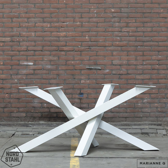 Beton-tafels.com Ovale betonnen tafel met stalen Twisted V tafelpoot