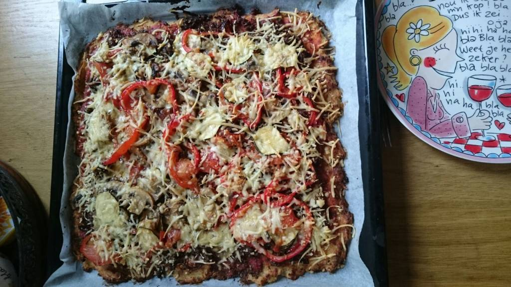 Gezonde pizza  met groentebodem