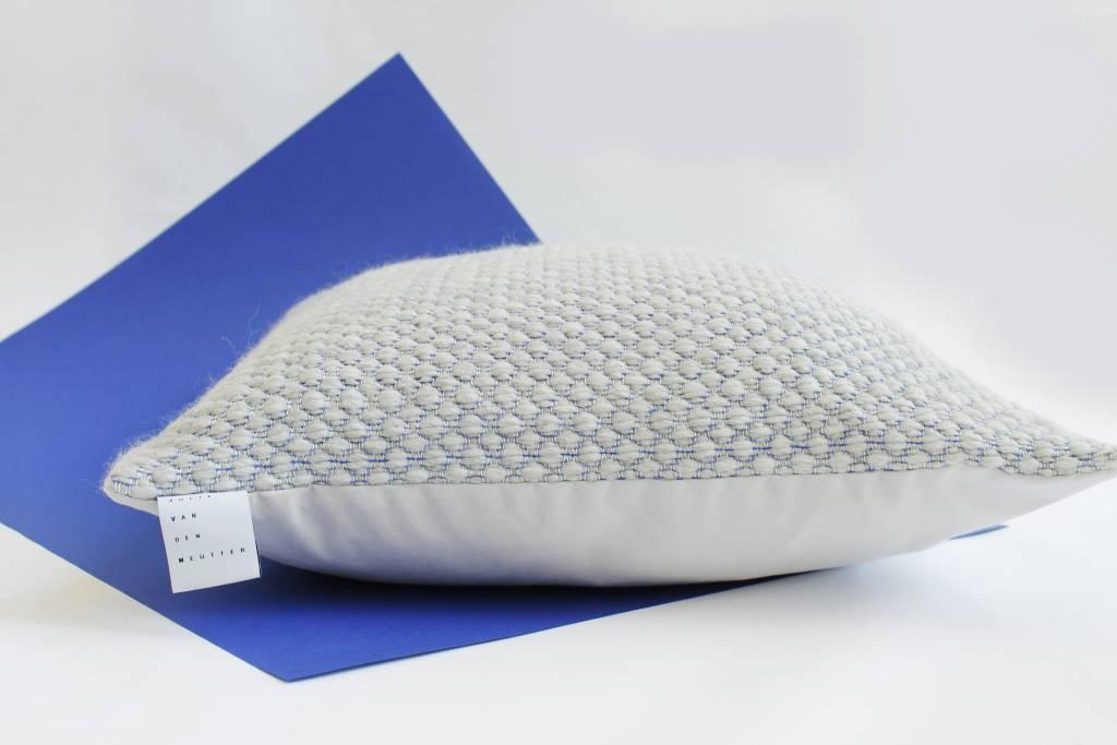 Julie Van Den Meutter Handgeweven kussen - Grijs met detail van blauw