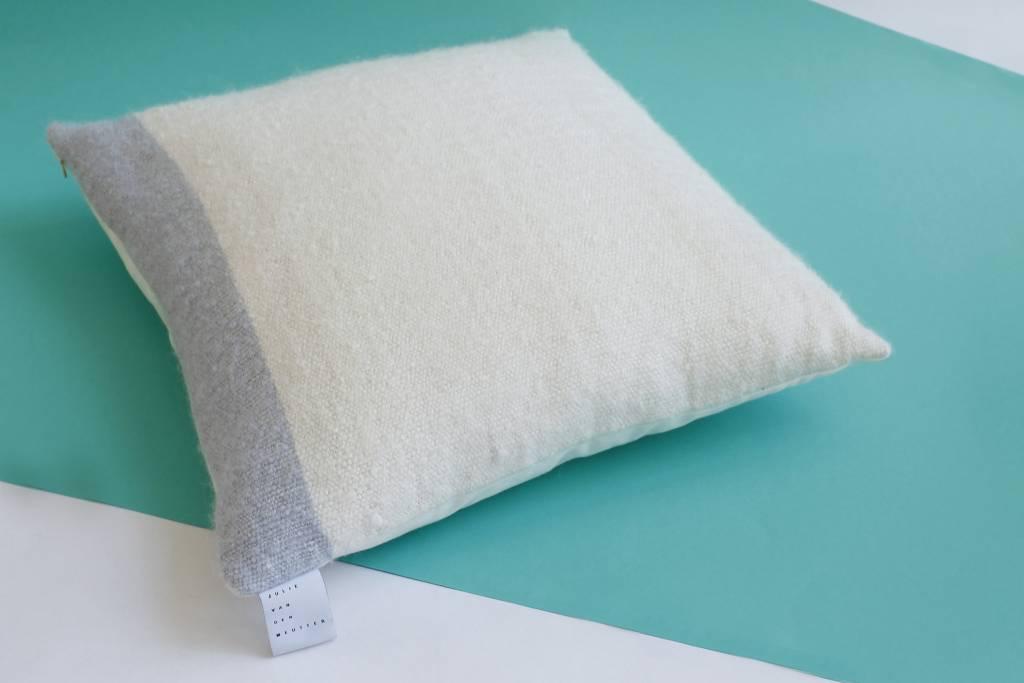Julie Van Den Meutter Handgeweven kussen - Off white met detail van grijs (fijn)