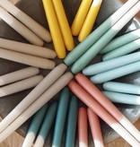 Gele dinerkaars van Rustik Lys - medium en large