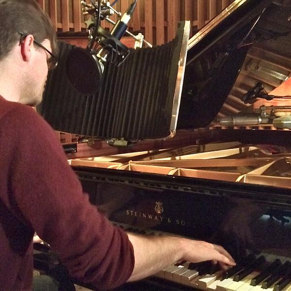 Bodo Wartke bei Studioaufnahmen unter Live-Bedingunen