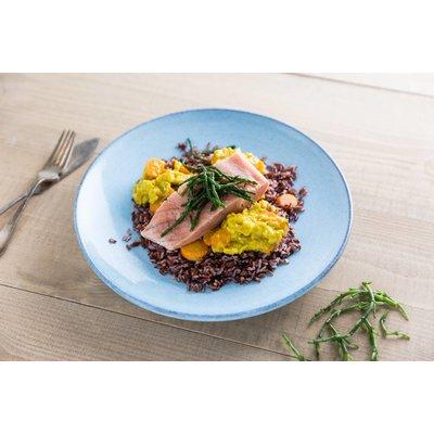 Wilde zalm met zwarte rijst en zeekraal