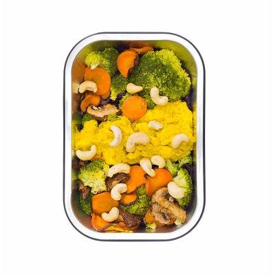 Zwarte rijstnoedels met groenten, noten en kip