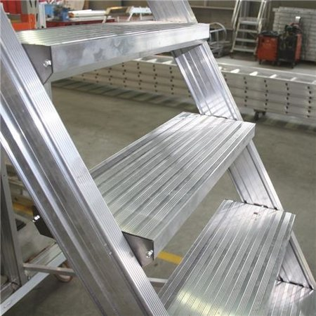 Bordestrap onder hoek 60° met 4 wielen - tredebreedte 60 cm 9 treden + bordes