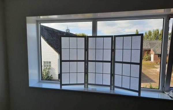 Kamerscherm in vensterbank