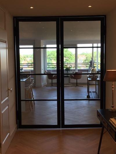 Zwarte staal look deuren als finishing touch in stijlvolle Penthouse te Heemstede.