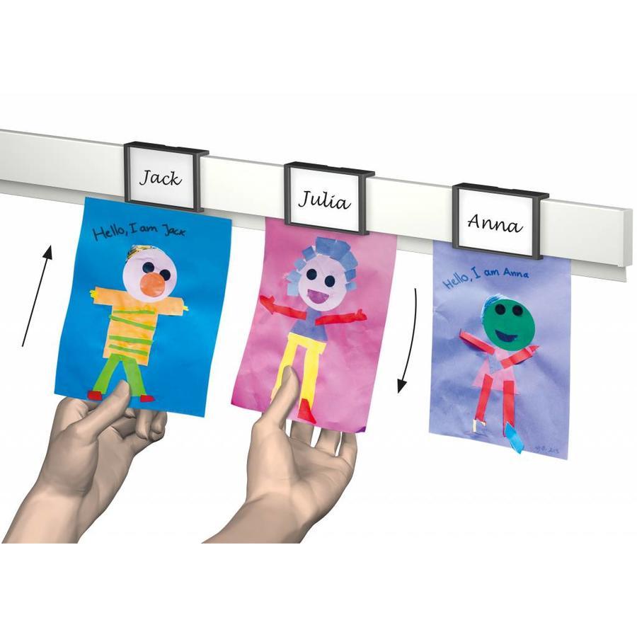 Artiteq Info Rail Me kleur wit. De info rail voorzien van een naam clip , speciaal voor scholen-2