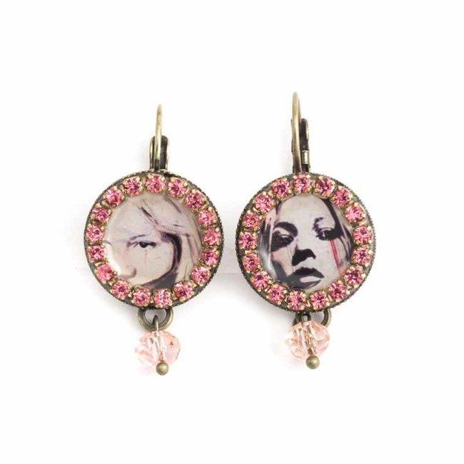 Roze oorbellen met seventies vrouwen portret