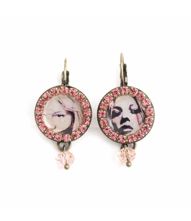 Iris Roze oorbellen met seventies vrouwen portret