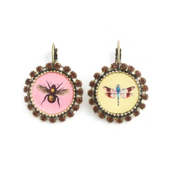 Gele en roze oorbellen met insecten