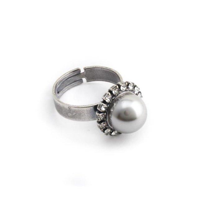 Licht grijze parel ring met 10 mm parel en kristal