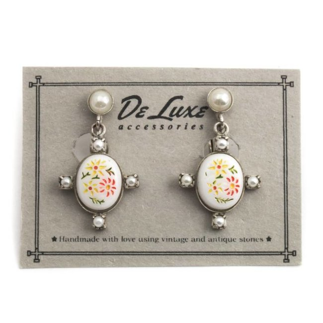 Witte oorclips met bloemen en pareltjes