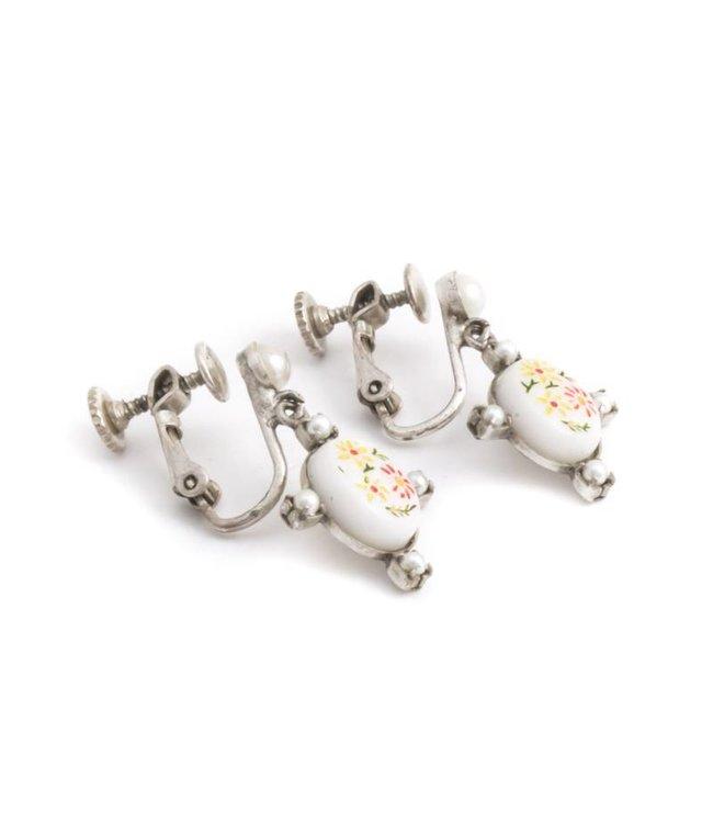 De Luxe Witte oorclips met bloemen en pareltjes