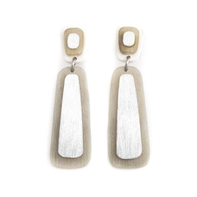 Bruine oorbellen van hout en metaal