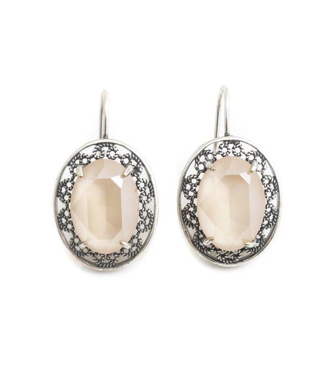 Krikor Ovale oorbellen met beige Swarovski kristal