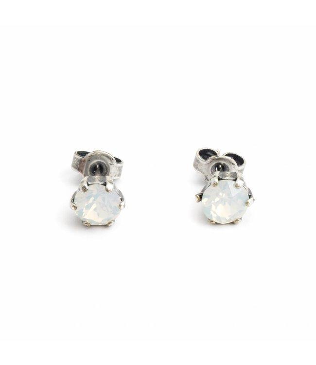 Krikor Verzilverde oorknopjes met 6 mm opaal wit kristal