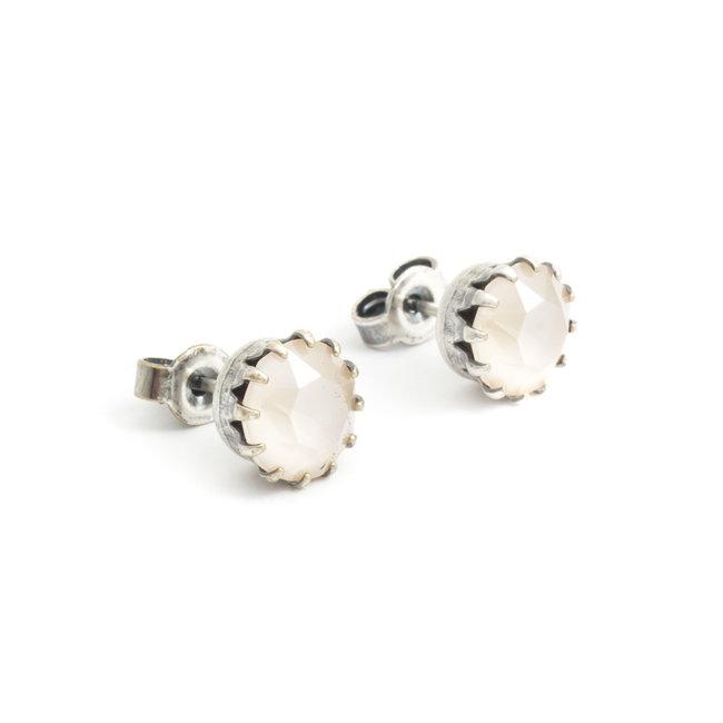 Verzilverde oorknopjes met 9 mm beige kristal