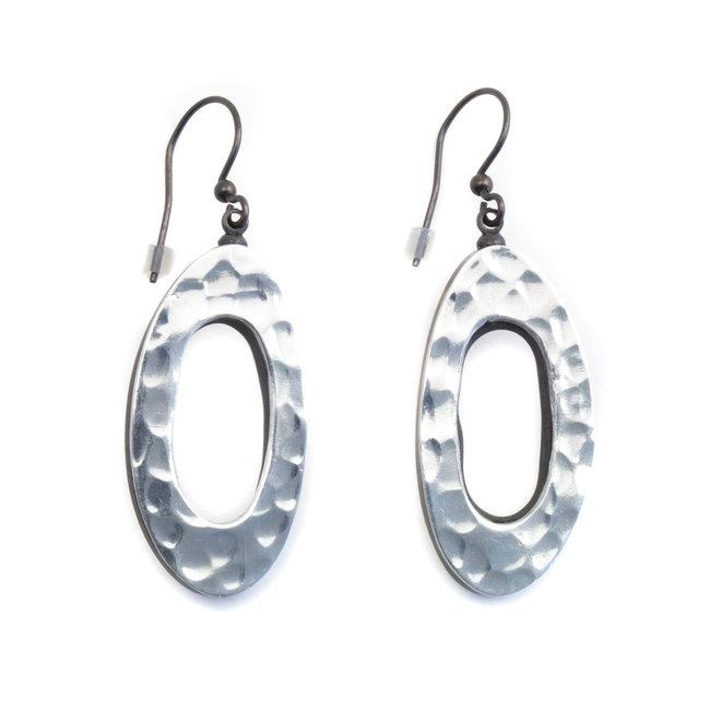 Ovale houten oorbellen in zilver kleur