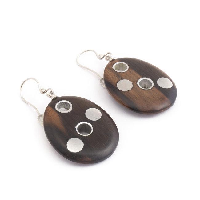 Ovale oorbellen met hout en metaal