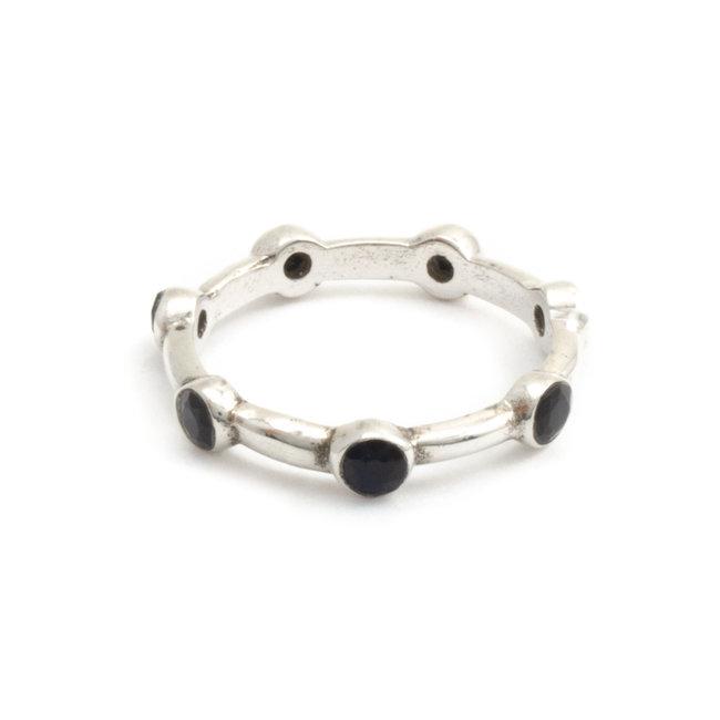 Zilveren ring met 7 zwarte onyxen