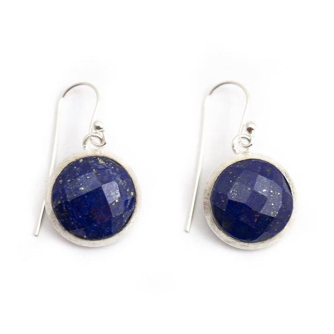 Ronde zilveren oorbellen met blauwe lapis lazuli