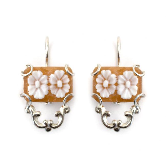 Zilveren camee oorbellen met bloemen