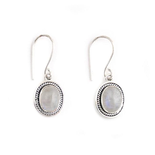 Zilveren oorbellen met ovale maansteen