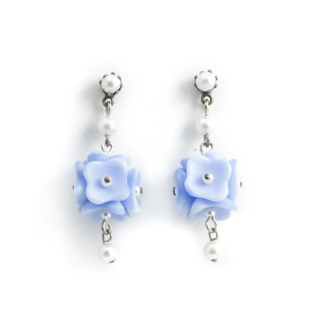 Licht blauwe oorbellen met bloemen en pareltjes