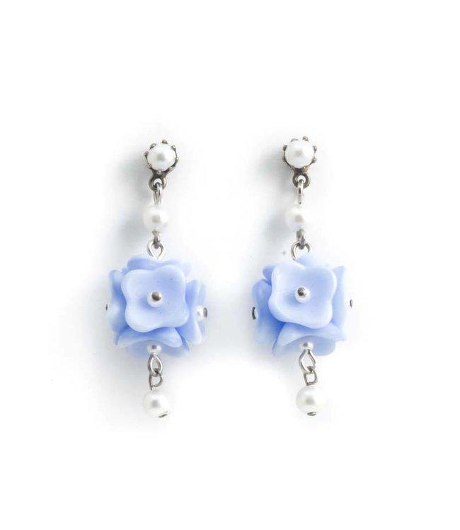 De Luxe Licht blauwe oorbellen met bloemen en pareltjes