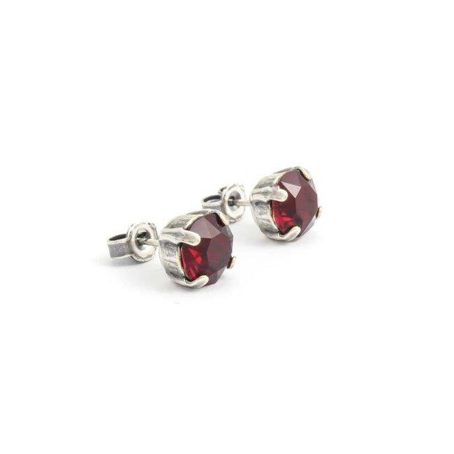 Verzilverde oorknopjes met 8 mm robijn rood kristal