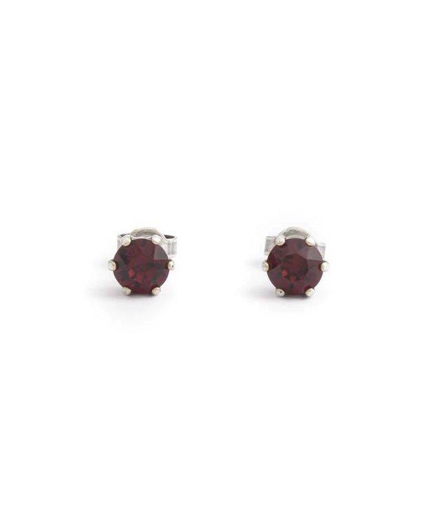 Krikor Verzilverde oorknopjes met 6 mm robijn rood kristal