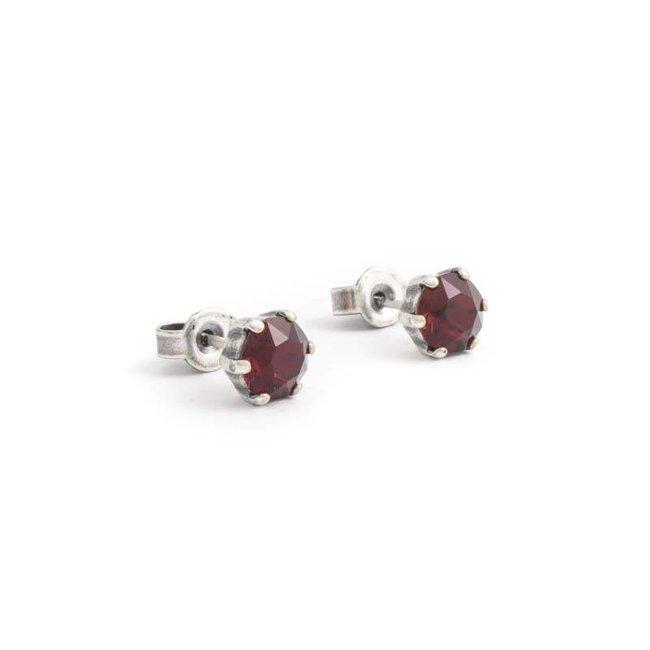 Verzilverde oorknopjes met 6 mm robijn rood kristal