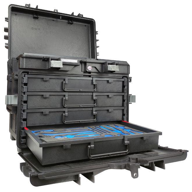 Gevulde koffer met lades