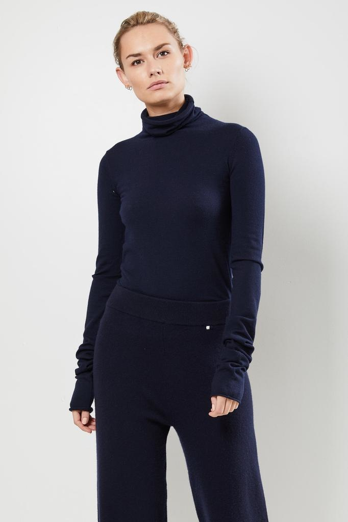 extreme cashmere - Nº129 UNDER classic fitted roll neck