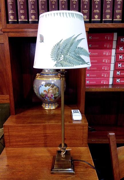 1065-20 + 1000 TABLE LAMP, COHIBA/STENSÖTA GRÖN/VIT LAMP SHADE, LUCA MÄSSING LAMPFOT BRASS BASE, Ø20 | H43 CM
