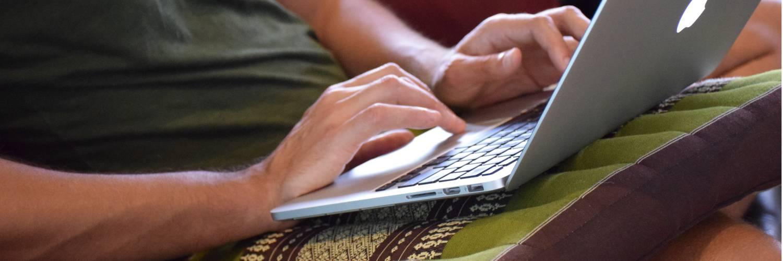 Zitkussen medium met laptop